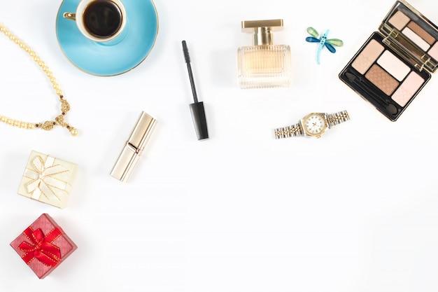 Arranjo de objetos femininos e acessórios em fundo branco