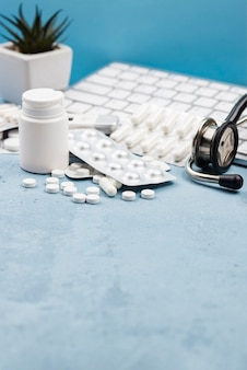 Arranjo de objetos médicos em fundo azul com espaço de cópia
