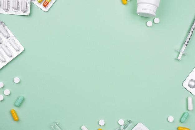 Arranjo de objetos médicos sobre fundo verde, com espaço de cópia