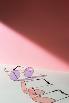Arranjo de óculos de sol na mesa