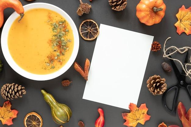 Arranjo de outono vista superior com sopa de abóbora