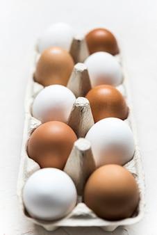 Arranjo de ovos coloridos diferentes