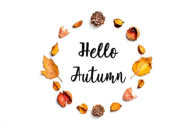 Arranjo de padrão criativo composição de outono de folhas secas, bagas, flor