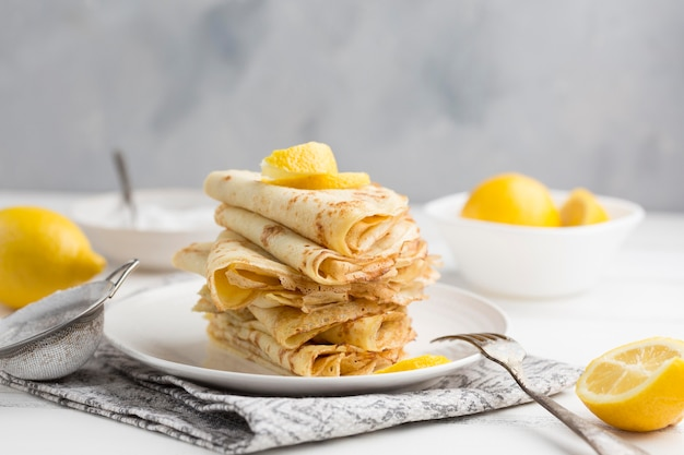 Arranjo de panquecas com limão