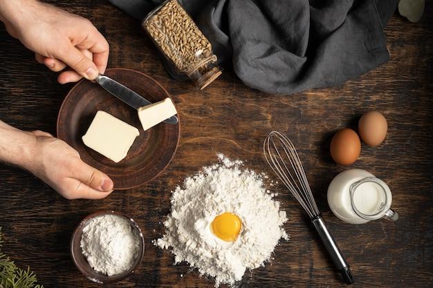 Arranjo de pão delicioso com ingredientes mortos