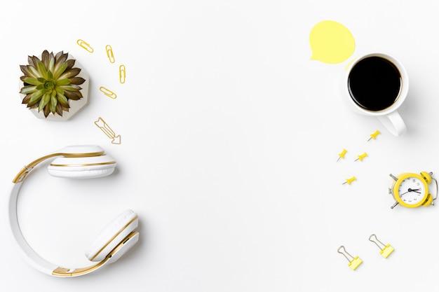 Arranjo de papelaria com vista superior e maquete de fone de ouvido