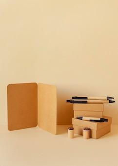 Arranjo de papelaria de material natural