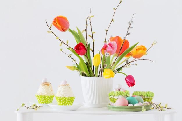 Arranjo de páscoa com tulipas e cupcakes