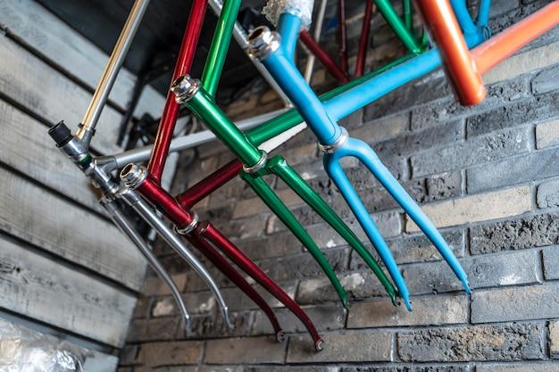 Arranjo de peças de bicicleta coloridas
