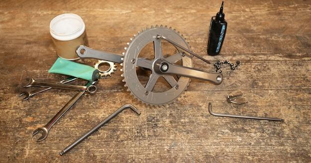 Arranjo de peças de bicicleta de alto ângulo