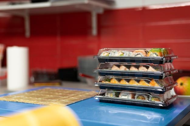 Arranjo de pedidos de sushi na cozinha de um restaurante