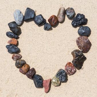 Arranjo de pedra como quadro de coração na praia