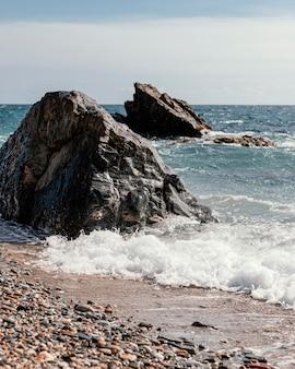Arranjo de pedras na praia