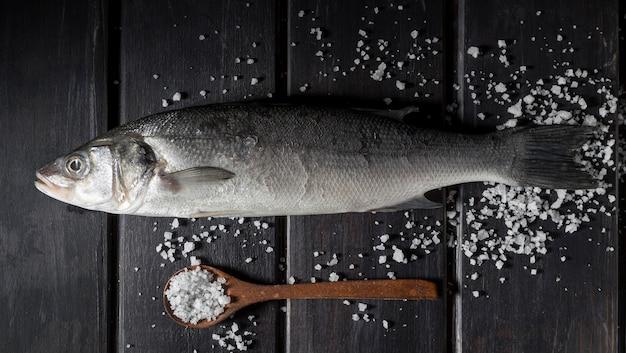 Arranjo de peixe cru para cozinhar