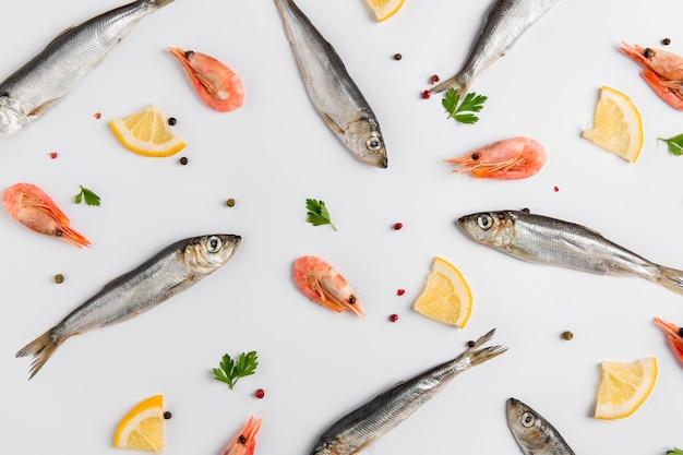 Arranjo de peixe e camarão com limão