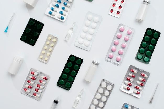 Arranjo de pílulas e frascos de alto ângulo