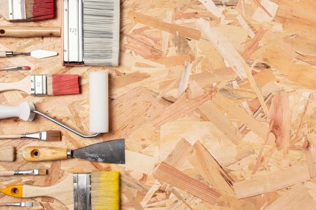 Arranjo de pincéis em fundo de madeira