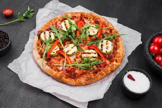 Arranjo de pizza de rúcula de ângulo alto