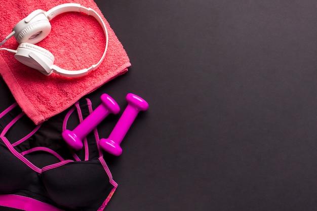 Arranjo de postura plana com itens esportivos cor-de-rosa