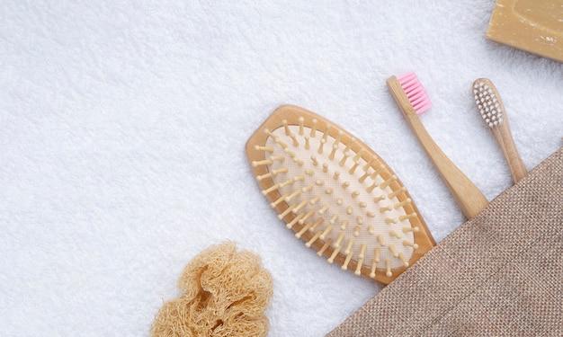 Arranjo de postura plana com pincéis e toalha
