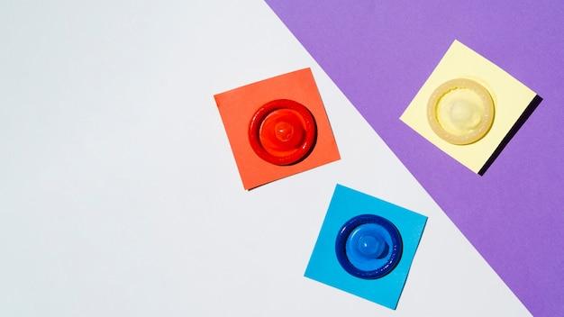 Arranjo de postura plana com preservativos coloridos
