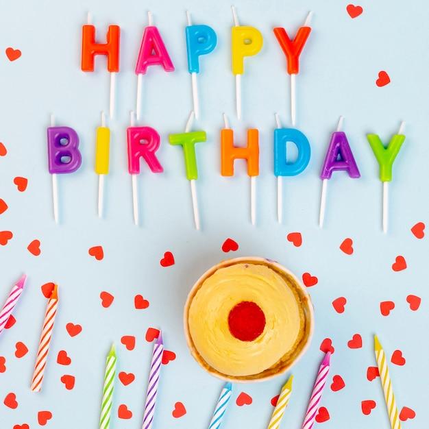 Arranjo de postura plana com velas de aniversário