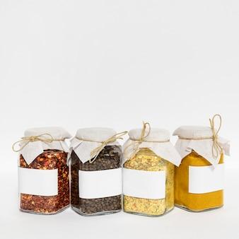 Arranjo de potes de condimentos com espaço de cópia