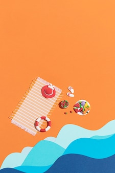 Arranjo de praia de verão feito de diferentes materiais