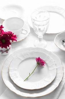 Arranjo de pratos com flores cor de rosa