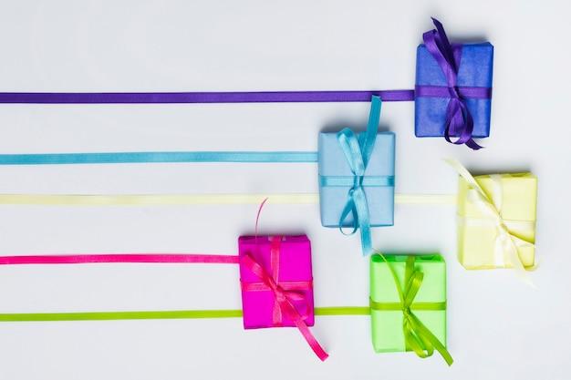 Arranjo de presentes de arco-íris de vista superior