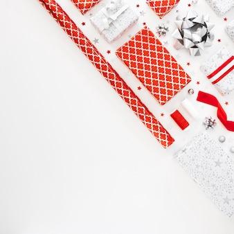 Arranjo de presentes festivos embrulhados com espaço de cópia