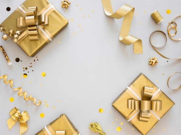 Arranjo de presentes festivos embrulhados