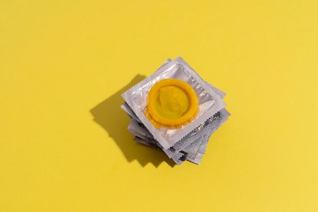 Arranjo de preservativos amarelos de ângulo alto