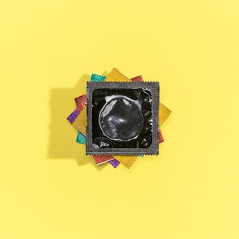 Arranjo de preservativos coloridos vista superior