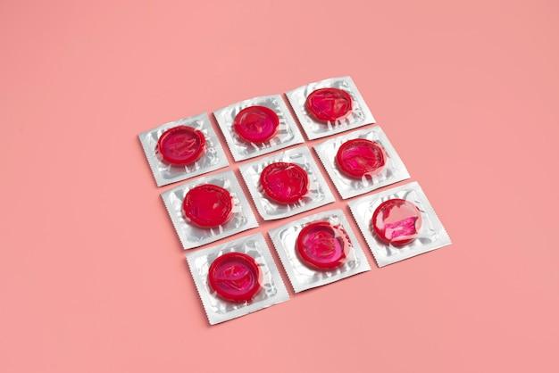Arranjo de preservativos vermelhos de ângulo alto
