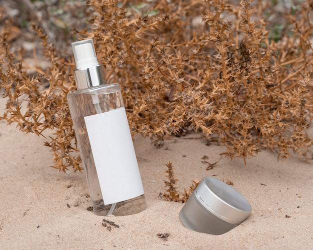 Arranjo de produtos de beleza na areia