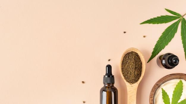 Arranjo de produtos de cannabis orgânica com espaço de cópia