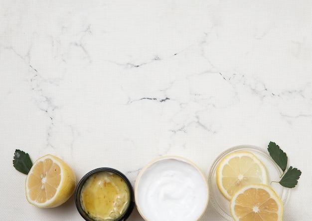 Arranjo de produtos de cuidado de corpo em fundo de mármore