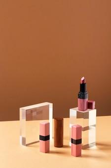 Arranjo de produtos de maquiagem de ângulo alto