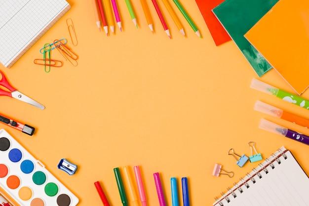 Arranjo de quadro de material escolar