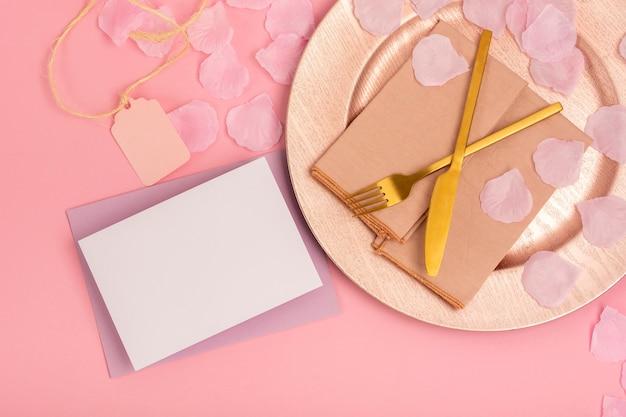 Arranjo de quinceañera com cartão e envelope vazios