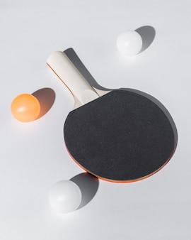 Arranjo de raquete e bolas de tênis de mesa