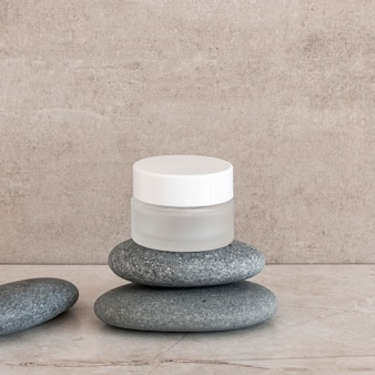 Arranjo de recipiente de umidade para cuidados com a pele com pedras
