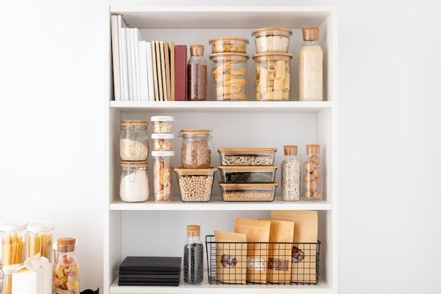 Arranjo de recipientes para alimentos nas prateleiras