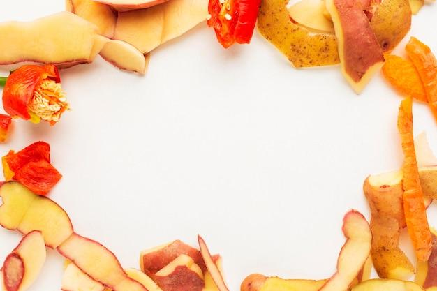 Arranjo de restos de comida desperdiçada, vegetais descascados, copie o espaço