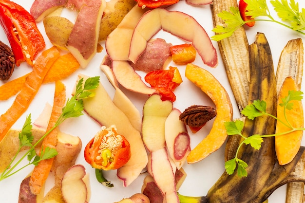Arranjo de restos de comida desperdiçada, vegetais descascados