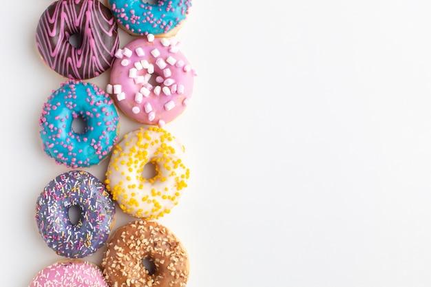 Arranjo de rosquinhas coloridas cópia espaço