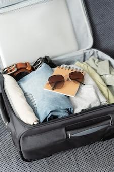 Arranjo de roupas e acessórios em uma mala