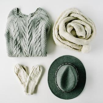 Arranjo de roupas femininas de beleza com chapéu, luvas, suéter, cachecol
