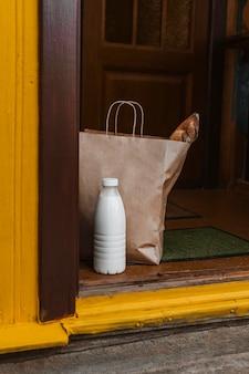 Arranjo de saco de comida e garrafa de leite